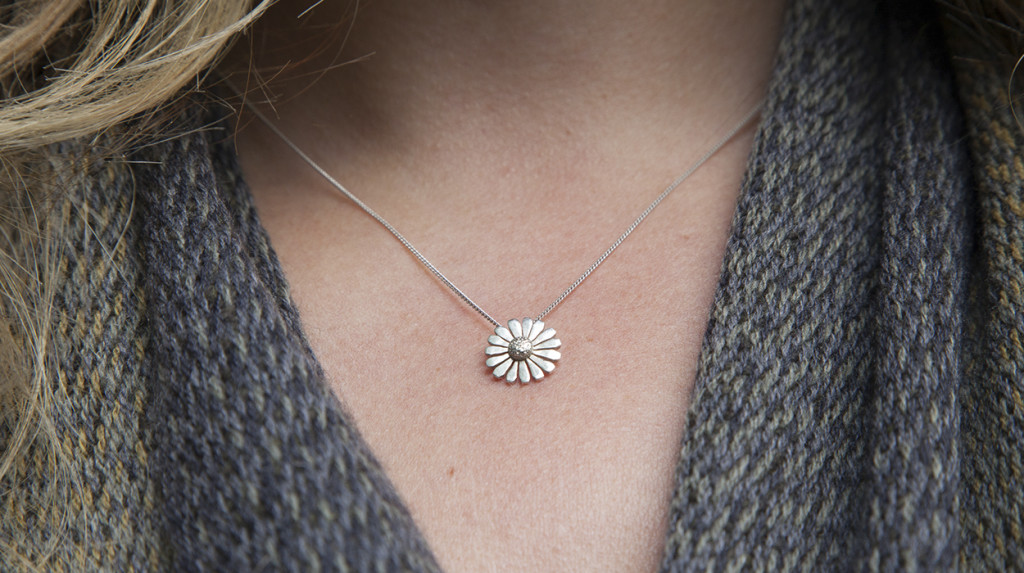 garden-gifts-christmas-gift_ideas-leonie-cornelius-garden_gifts-gola-daisy-pendant