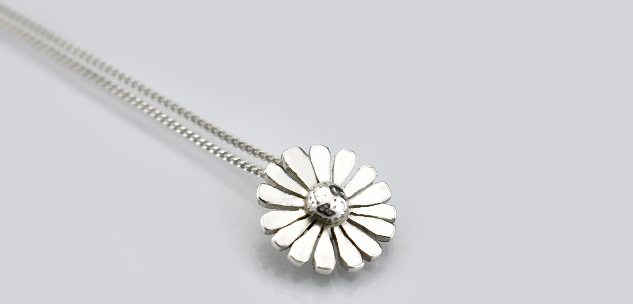 garden-gifts-christmas-gift_ideas-leonie-cornelius-garden_gifts-goal-daisy-pendant3